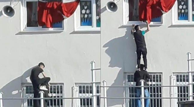 Öğrencilerin Türk bayrağını düzelttiği anlar takdir topladı