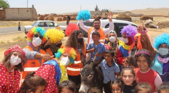 Gönüllü palyaçolardan köy çocuklarına bayram sürprizi