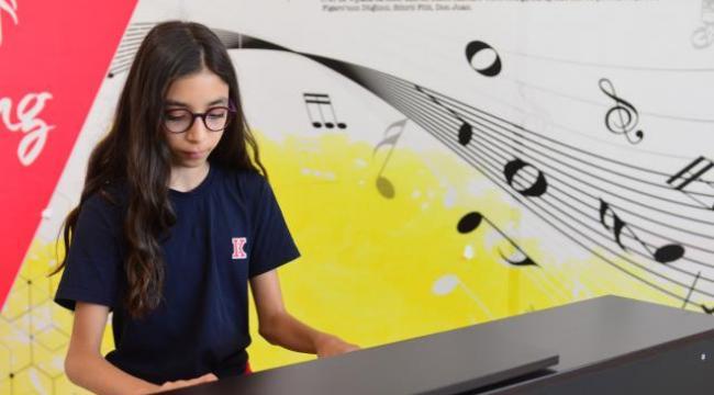 11 yaşındaki Defne Ekmekçi Uluslararası Piyano yarışmasında birinci oldu
