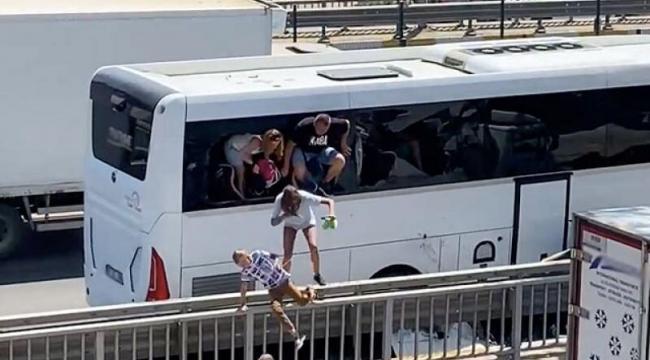 Alanya'da turistleri taşıyan otobüs bariyerlere çarptı, turistler camı kırarak dışarı çıktı