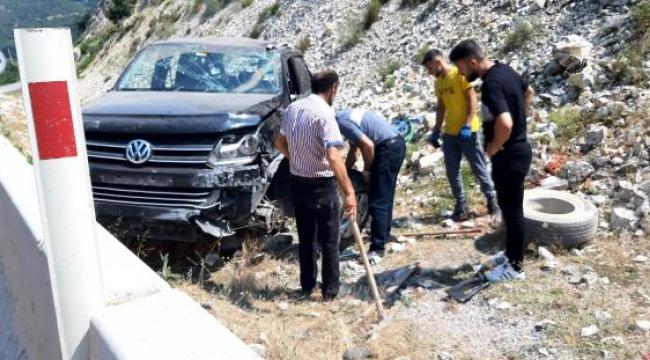 Bolu'da pikap beton bariyerlere çarpıp devrildi: 3 yaralı